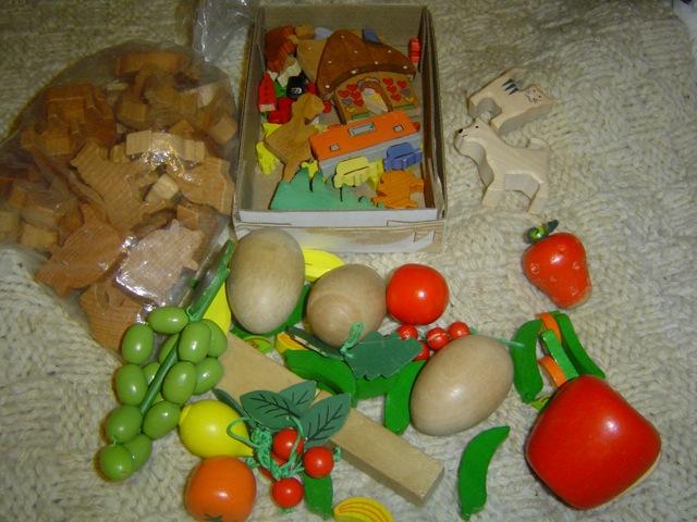 Holzfrüchte, kleine Figuren und Tiere