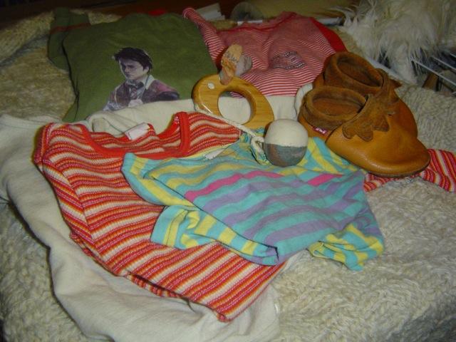 Shirts, Schlafanzüge und Schuhe
