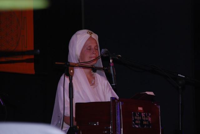 Snatam Kaur hinter ihrem Harmonium